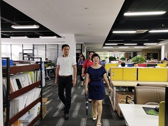 总经理蔡仁华陪同考察组参观华中天创设计办公区