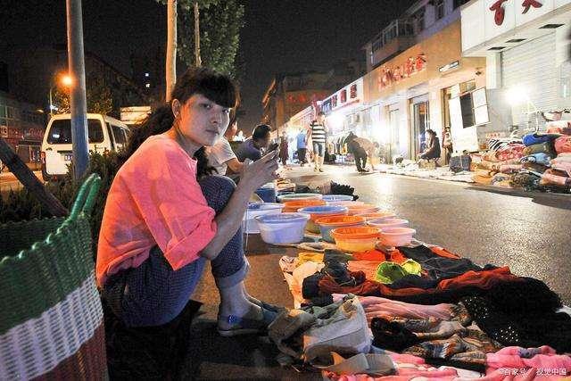 """三皮说文旅:全民热议摆地摊!发展夜间经济只是一次""""口号式""""的狂欢?"""